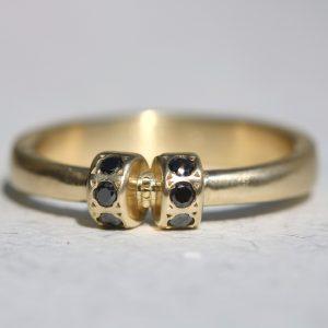 טבעת זהב 14K בשבוץ יהלומים שחורים
