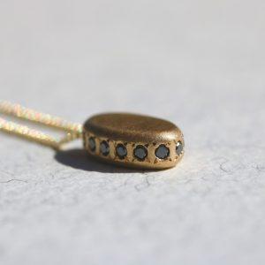 שרשרת עם תליון זהב ויהלומים שחורים
