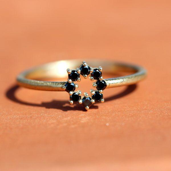 טבעת כתר עגול זהב ויהלומים שחורים