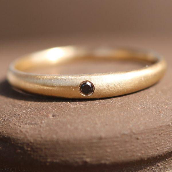 טבעת מעוגלת חלקה בשיבוץ יהלום שחור