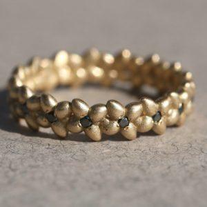 טבעת חלוקים ויהלומים שחורים