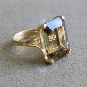 טבעת זהב בשבוץ סמוקי קוורץ