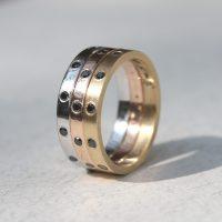 טבעות זהב בשלושה צבעים עם יהלומים שחורים