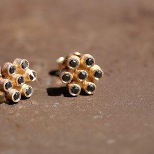 עגילי בלוטים בשיבוץ יהלומים שחורים