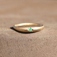 טבעת זהב בשיבוץ אמרלד
