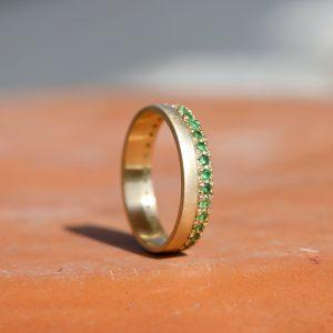 טבעת איטרניטי בשבוץ אמרלד